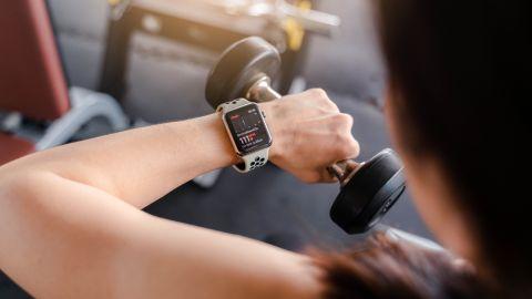 Mujer Con Smatwatch En Gym