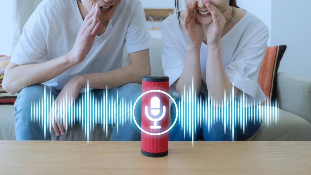 Imagen De Pareja Con Tecnología De Asistencia De Voz
