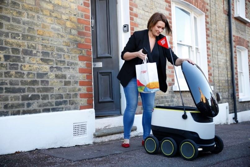 Fotografía De Mujer Interactuando Con Un Robot
