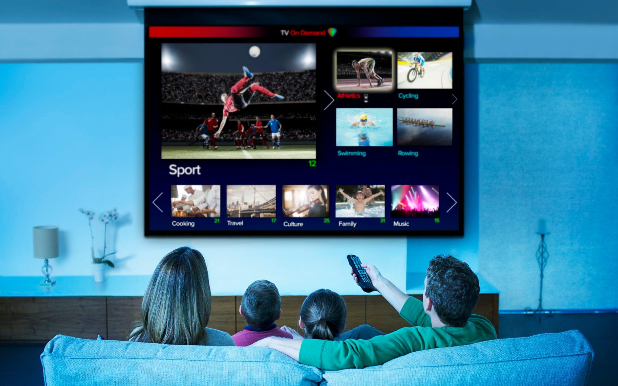 Imagen De Familia Sentada Viendo TV