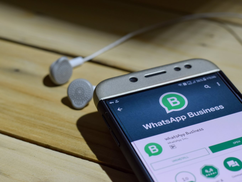 Imagen De Celular Con La App WhatsApp Business En Play Store