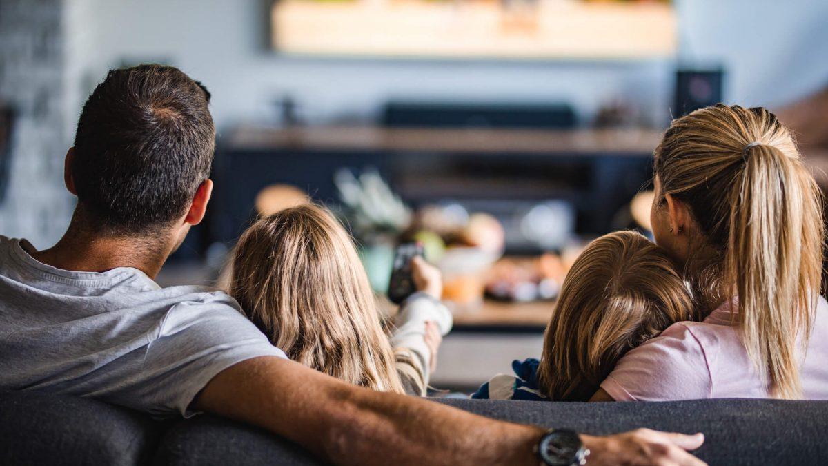 Familia Viendo Televisión En El Día Del Padre