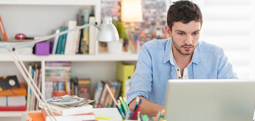 Hombre Freelance Trabajando En Su Cuarto