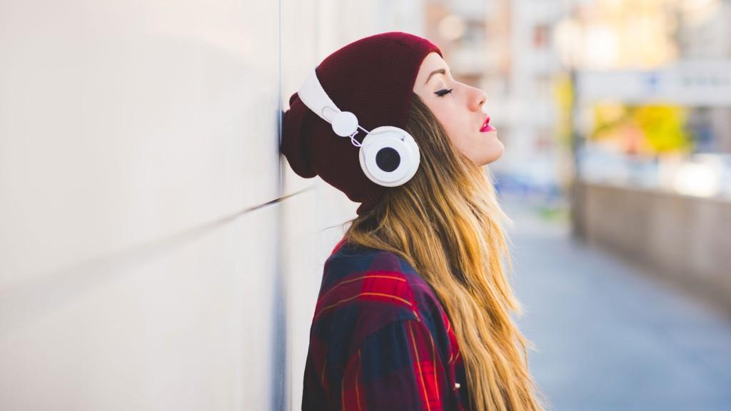 Mujer De La Generación Z Escuchando Música