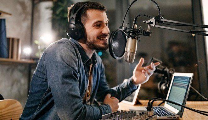 Hombre En Una Estación De Radio Haciendo Su Podcast