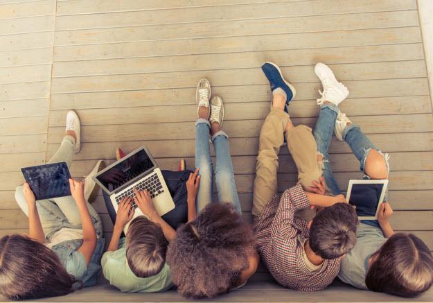 Jóvenes De La Generación Z Conectados Al Internet