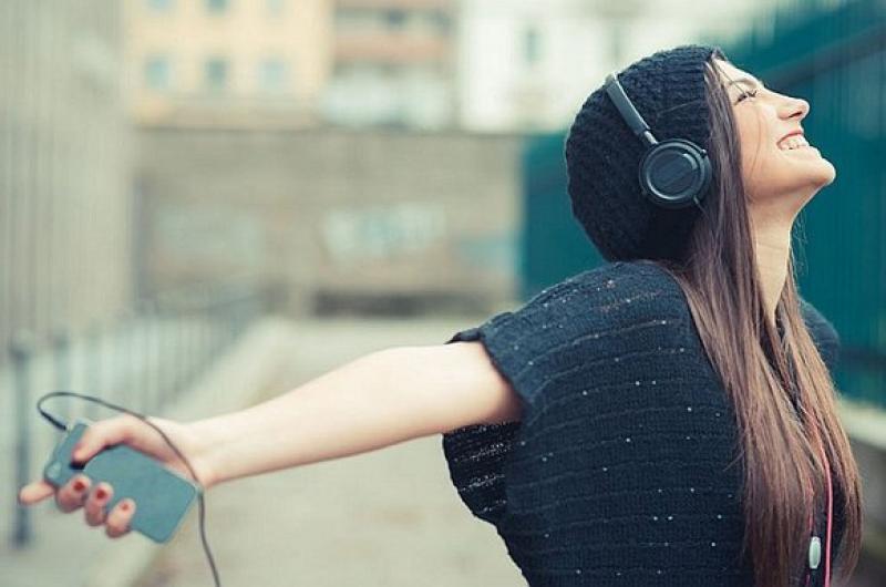 Una Persona Con Los Brazos Abiertos Feliz Escuchando Su Canción Favorita