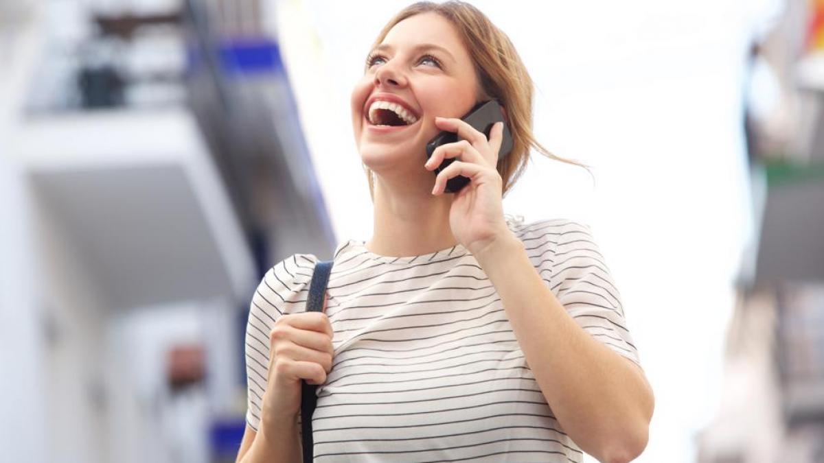 Mujer Hablando Por Teléfono En La Calle