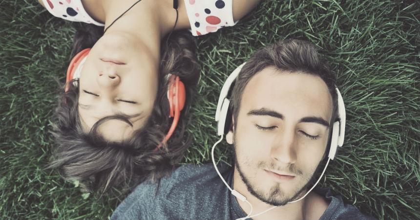 Dos Personsa Escuchando Una Canción Juntos