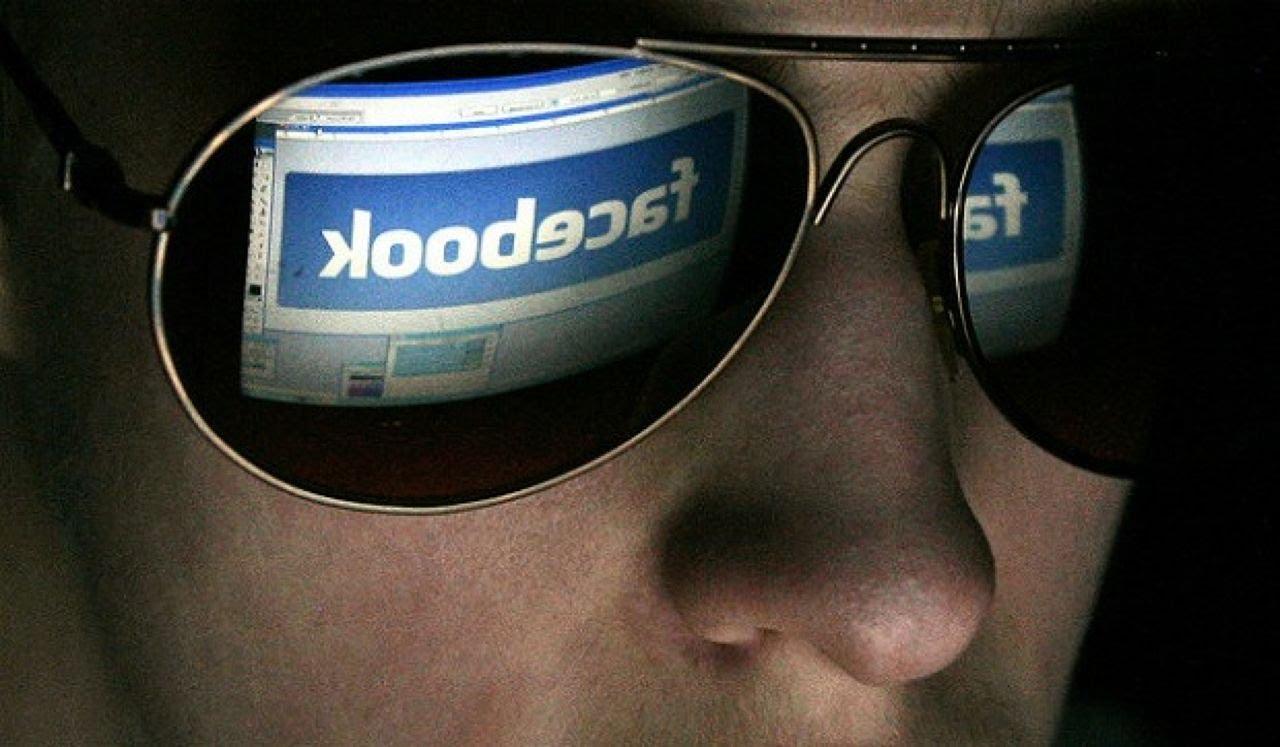 Hombre Con Gafas Viendo En Su Pantalla Facebook