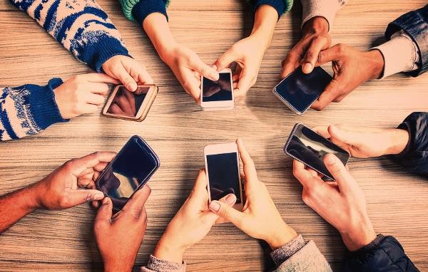Manos De Personas Usando Sus Teléfonos Para Chat