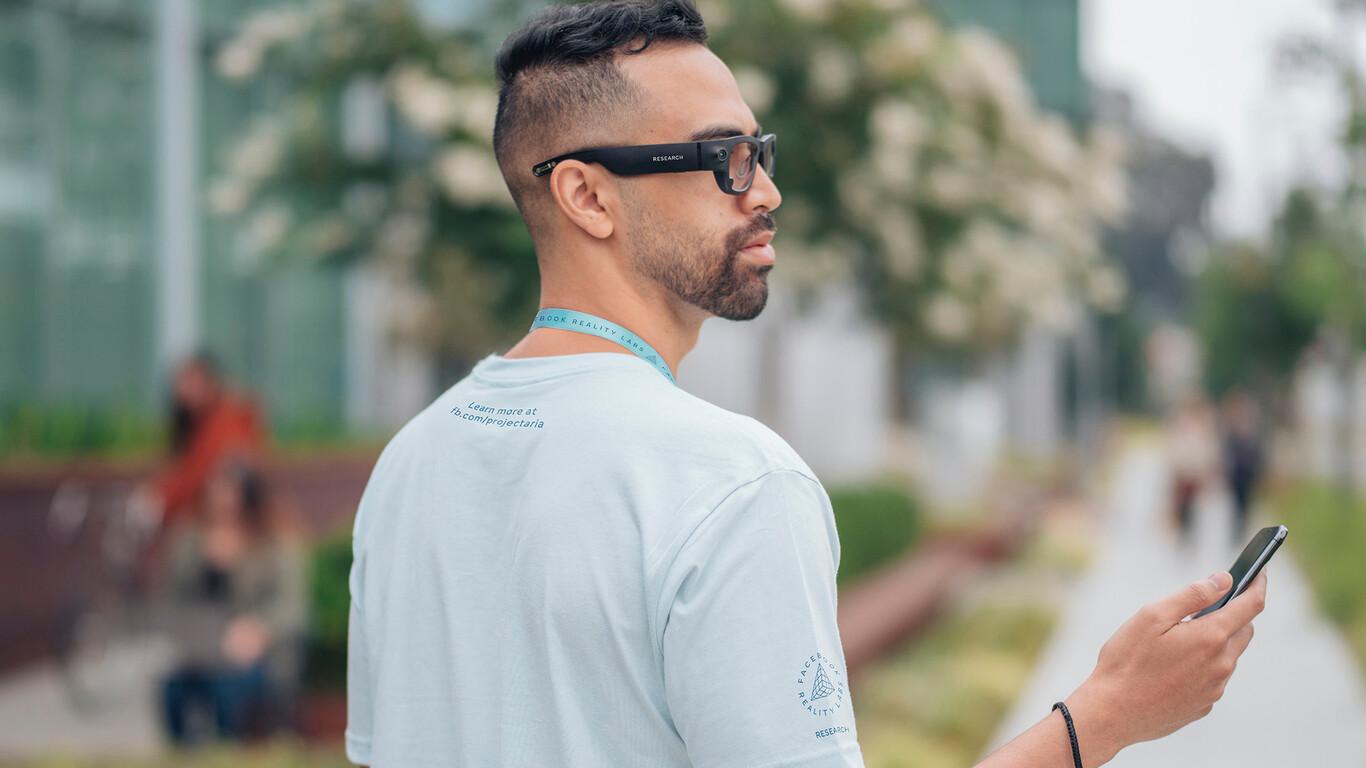 Hombre En La Calle Usando Gafas Inteligentes De Facebook