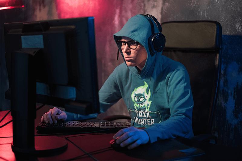 Hombre Con Computadora Y Auriculares