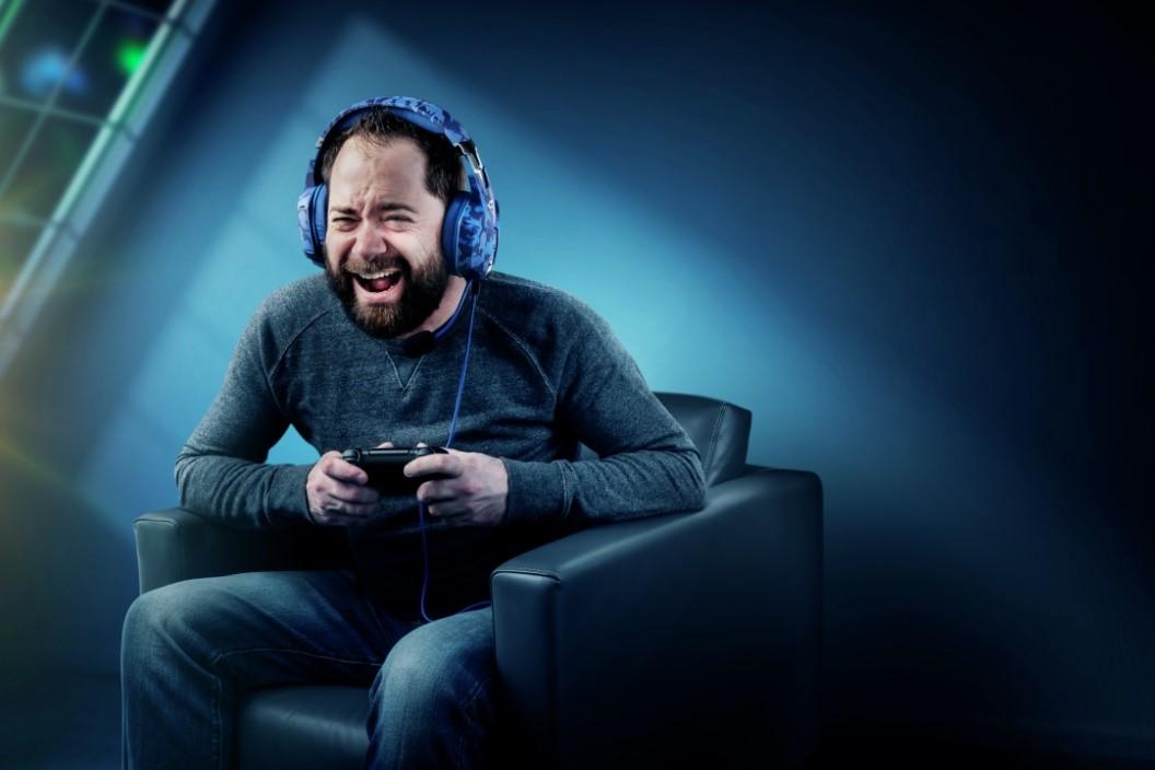 Hombre Con Auriculares Jugando Video Juegos